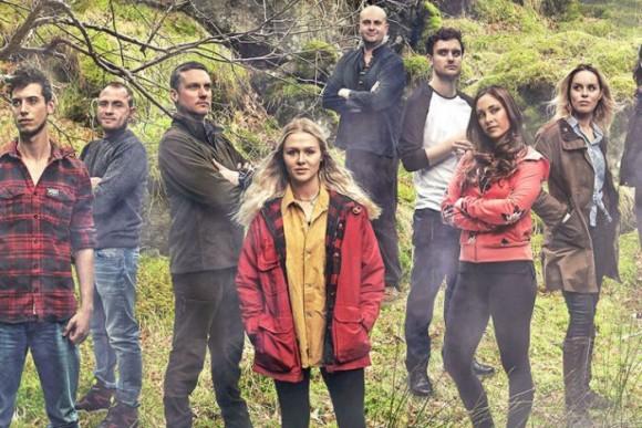 暗黒コミュニティ。リアリティ番組の参加者が番組打ち切りを知らされず1年間もサバイバル生活を続ける(イギリス)