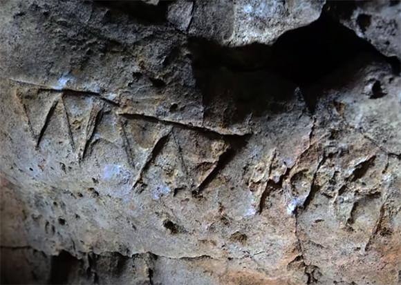 邪悪な悪霊から守るため、数百もの魔除けが描かれた洞窟が発見される(イギリス)