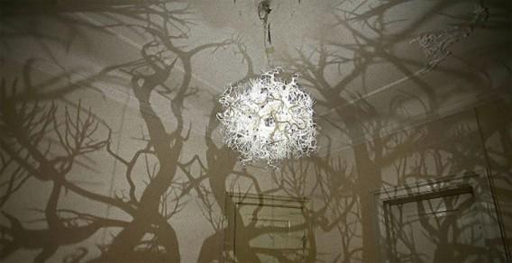 電気をつけると家の中が神秘の森に変貌する。ファンタジーなシャンデリア
