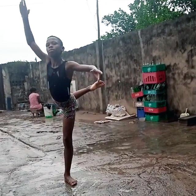 雨の中、素足でバレエを踊る少年の姿がSNSで拡散、有名バレエスクールからスカウトされる(ナイジェリア)