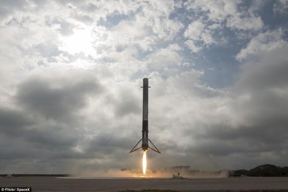 スペースX社のロケット、国際宇宙ステーションに物資を送り出し、無事ケネディ宇宙センターに帰還することに成功