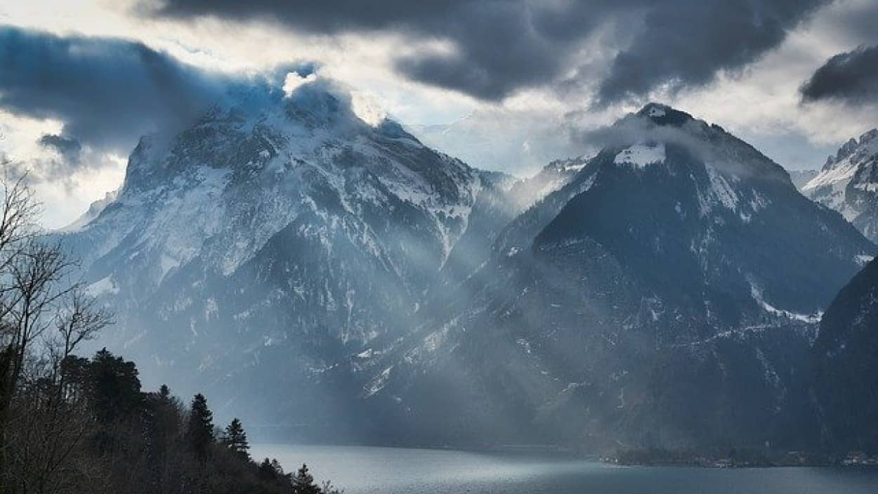 スイスの湖の底で3000年前に水没した失われた集落が発見される
