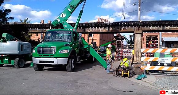 トラックの背をガシガシ削る、低すぎる鉄道橋がついに引き上げられる(アメリカ)