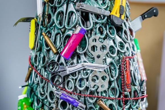 ハサミにナイフに薬莢も!空港の没収品のみでクリスマスツリー(リトアニア)