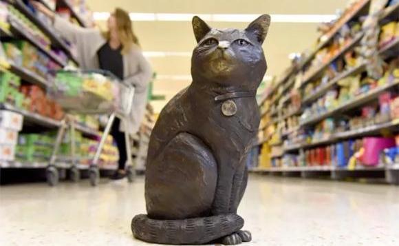イギリスのスーパーマーケットを自主警護していた名物猫が永眠、その姿を残すべく銅像が設置される