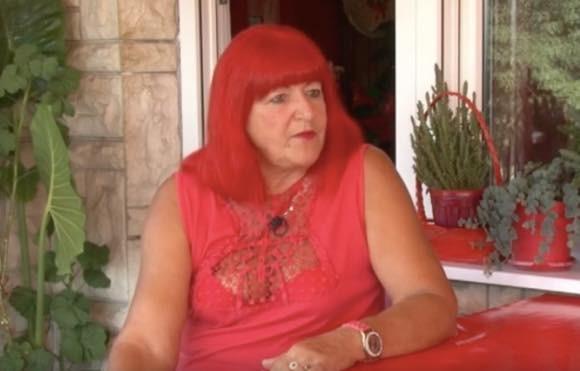 カズレーザーかな?赤いものしか身に着けない女性のこだわり(ボスニア)