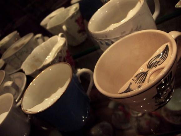19世紀のイギリスでは、大切な口ひげを守るための専用のティーカップが登場していた件