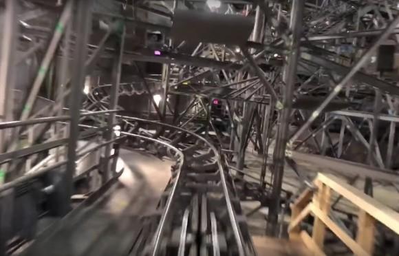 宇宙空間演出の裏側。ディズニーランドのスペースマウンテンの照明をすべてつけて走行した場合の映像(アメリカ)