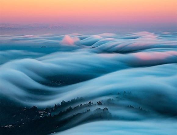 地球をふんわりと白いベールで包み込んでいるような幻想的な霧の風景写真