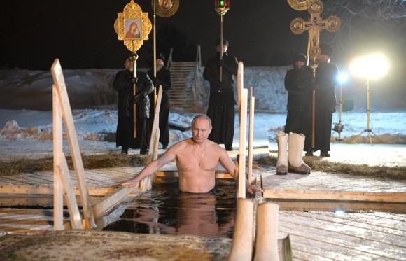 男プーチン、氷点下の中裸になり冷水につかる。セリゲル湖で行われたロシア正教の伝統行事にて