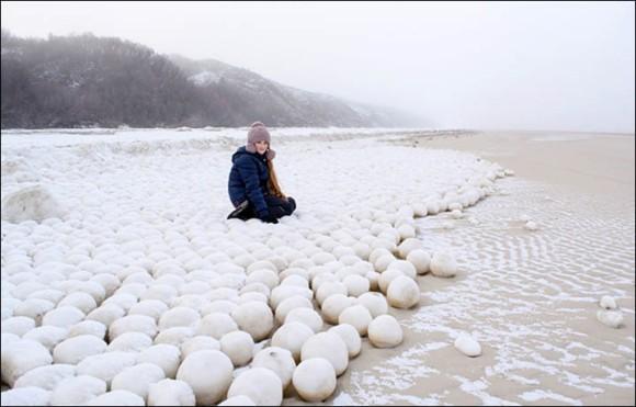 ロシアがアップをはじめたようです。雪合戦に本気だす?シベリアの海岸に並ぶ無数の雪玉の正体は?