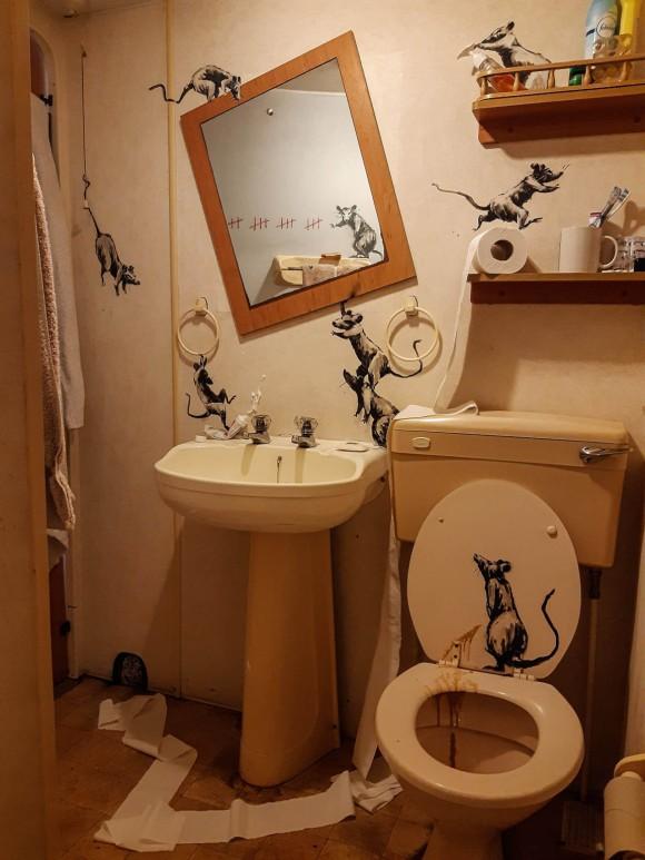 バンクシーが自宅でアート活動。トイレがネズミだらけに!(イギリス)