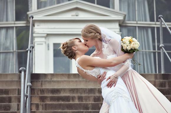 美しすぎる百合。デンマークの女性コスプレイヤーが同性婚。プロポーズは東京ディズニーランドで。ハネムーンも日本に。