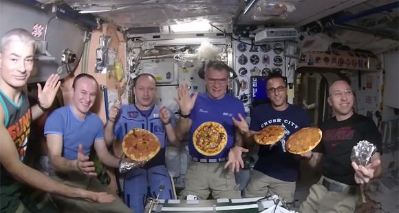ピザは希望、明日への糧。宇宙飛行士たちが宇宙でピザつくーる!(国際宇宙ステーション)