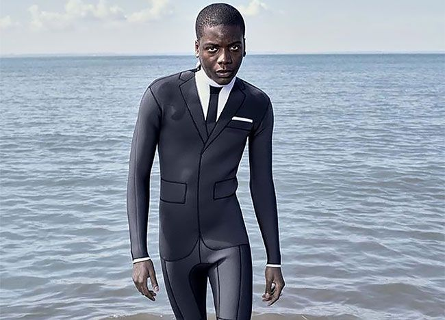 サーフィンしてからすぐ会社。なんなら洪水対策にも?デキる男のビジネススーツ型ウェットスーツのだまし絵感とか!