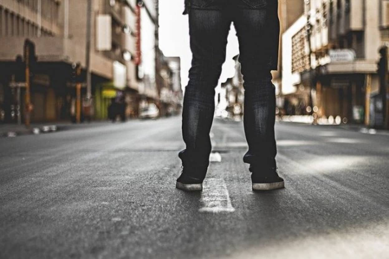 何が彼をそうさせる?7年間道路に立ち続け交通妨害を繰り返す謎の男