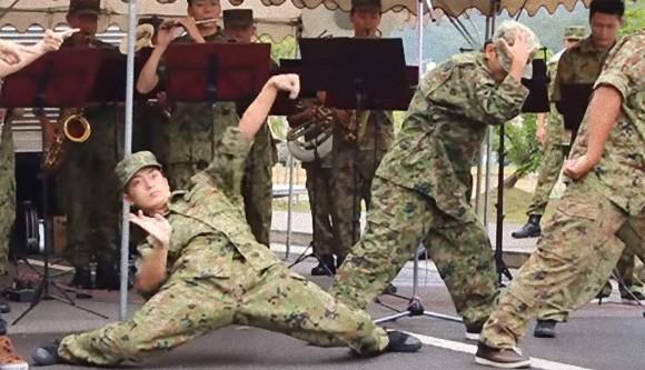 踊る、だと?自衛隊第15普通科連隊の創隊61周年記念行事でまさかの異変!