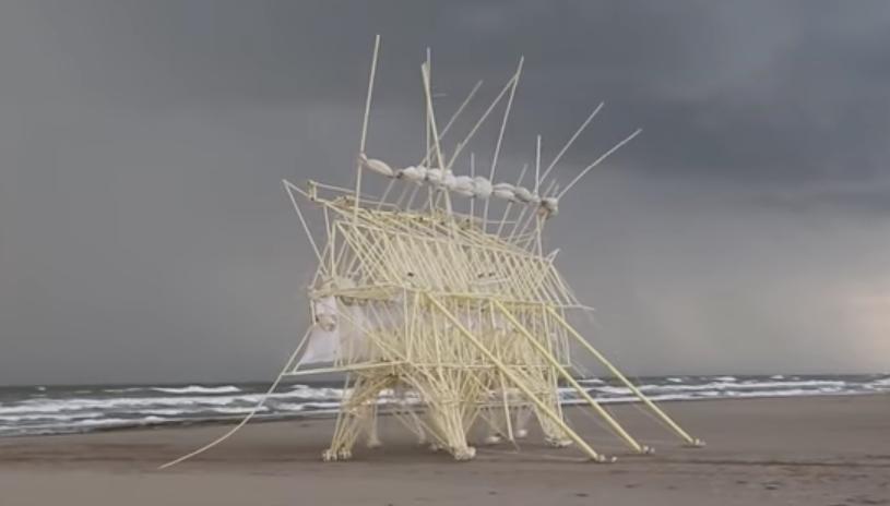 風を食べて動く生命体のよう。キネティック彫刻の第一人者「テオ・ヤンセン」の今年の作品がすごかった!
