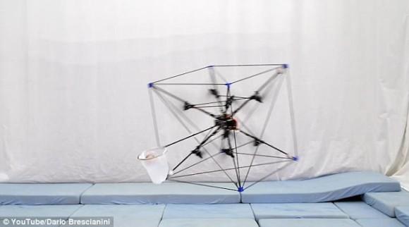 ヤダこれ欲しい!投げたものを空中でキャッチしてくれる自律飛行型ドローン