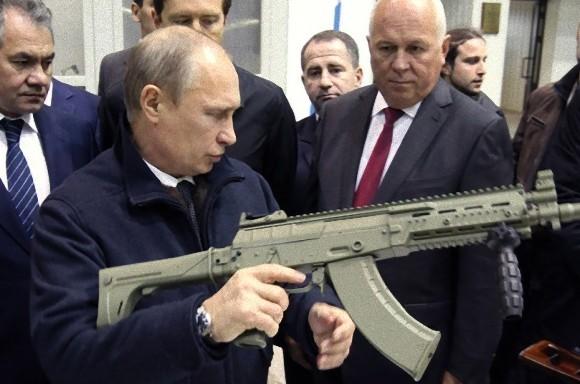 カラシニコフを構えるプーチン大統領
