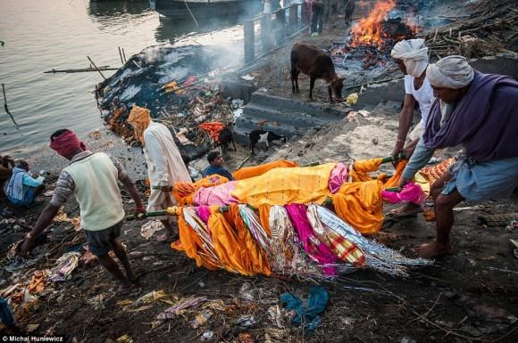 ガンジス川のほとりで死者を火葬...
