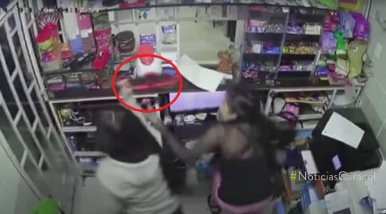 銃を持ったコンビニ強盗を14歳少女が刃物で追い返す