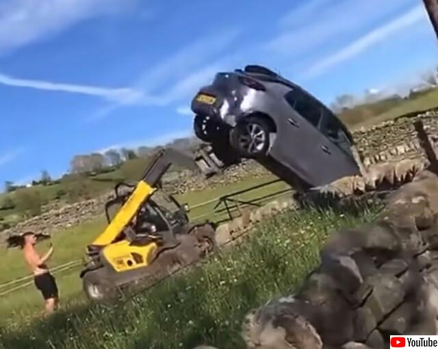 自分の土地に車を停められた農場主が激怒し重機で車を強制撤去