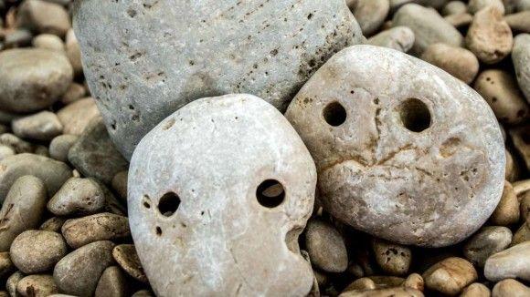 顔・顔・顔!人面石がずらりと並ぶ。海外でも注目されているディープマニアックな秩父珍石館(埼玉県)