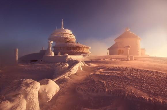 写真を見ただけで底冷えがする。ポーランドのキーンと冷え切った冬景色に見え隠れするコールドファンタジー