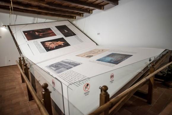 世界最大の手作り本。13頭の牛革で装丁、重さ1.4トン(ハンガリー)