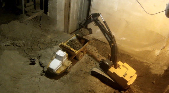 ラジコン重機で地下室を作る壮大なる計画は、スローペースながら着実に進行していた。14年たった現状を公開(カナダ)
