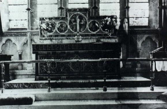 映画『スクリーム』の殺人鬼にそっくりの幽霊が映り込んでいる教会の写真(イギリス)