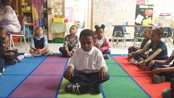 アメリカの小学校で斬新な試み。お仕置きの代わりに瞑想を取り入れたところ問題行動が減少