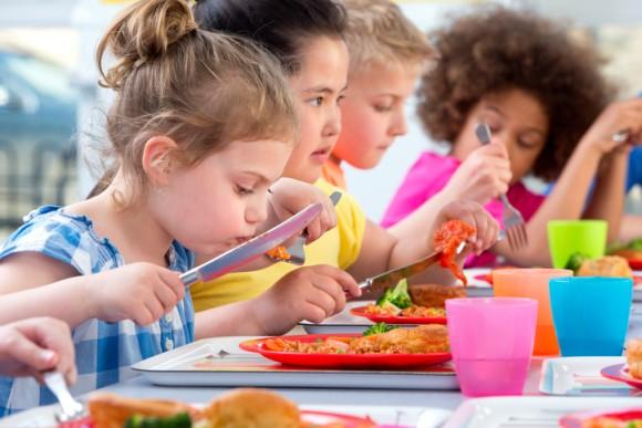 イギリスの小学校、給食費を払わない親の名前を公表して見せしめにすると発表し物議をかもす