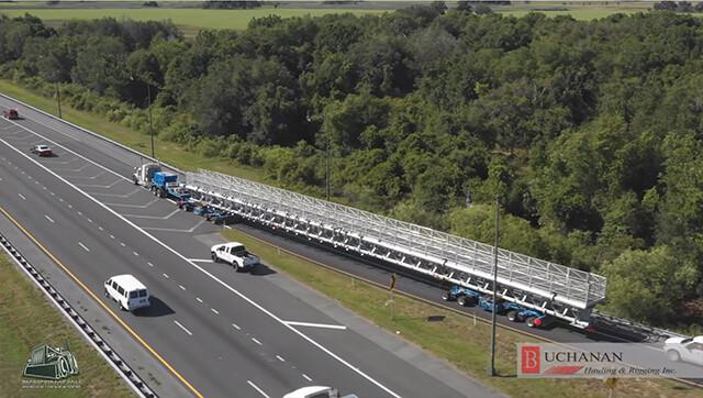 無茶しやがって...72メートルの構造物を輸送し、高速道路を走るアメリカのトラック