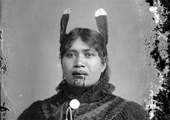 インパクト絶大。マオリ族の女性がアゴに施す聖なるタトゥ「モコ・カウアエ」(20世紀初頭)