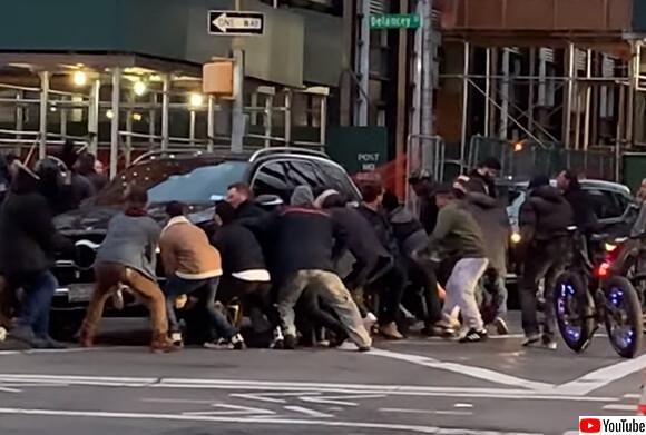 人間まだまだ捨てたもんじゃない。交通事故で車の下敷きになった女性を通行人らが一斉に助ける(アメリカ)