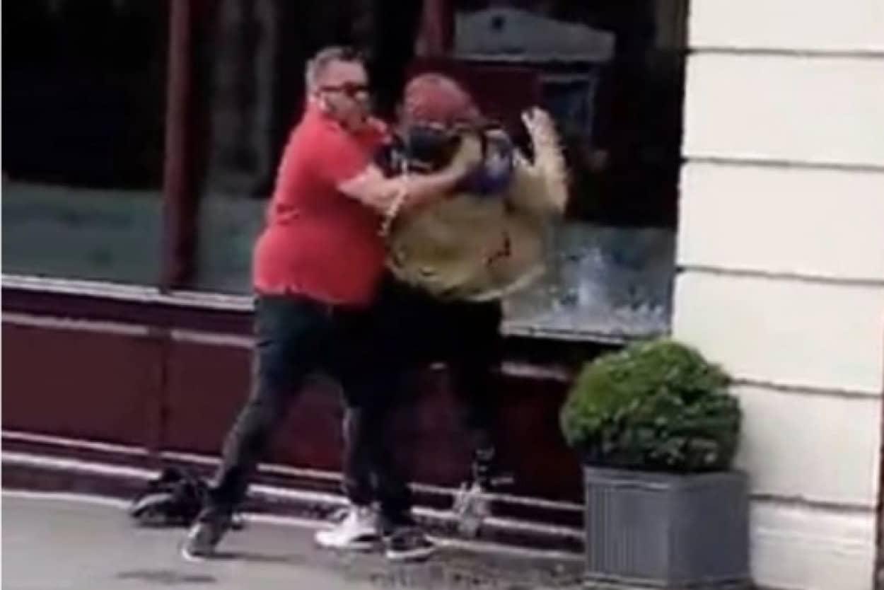ひったくり犯にヘッドロックを決め、女性のバッグを奪い返した男性