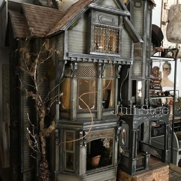 幽霊人形が出てきそう。ドールハウスをあえて廃墟化したアート作品