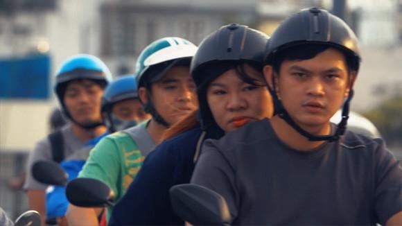 バイク都市。ベトナム・ホーチミン市のラッシュアワー時にバイクに乗る人々を撮影した映像