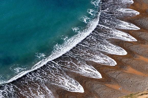 波が浜辺に描いた神秘の模様「ビーチカスプ」の画像