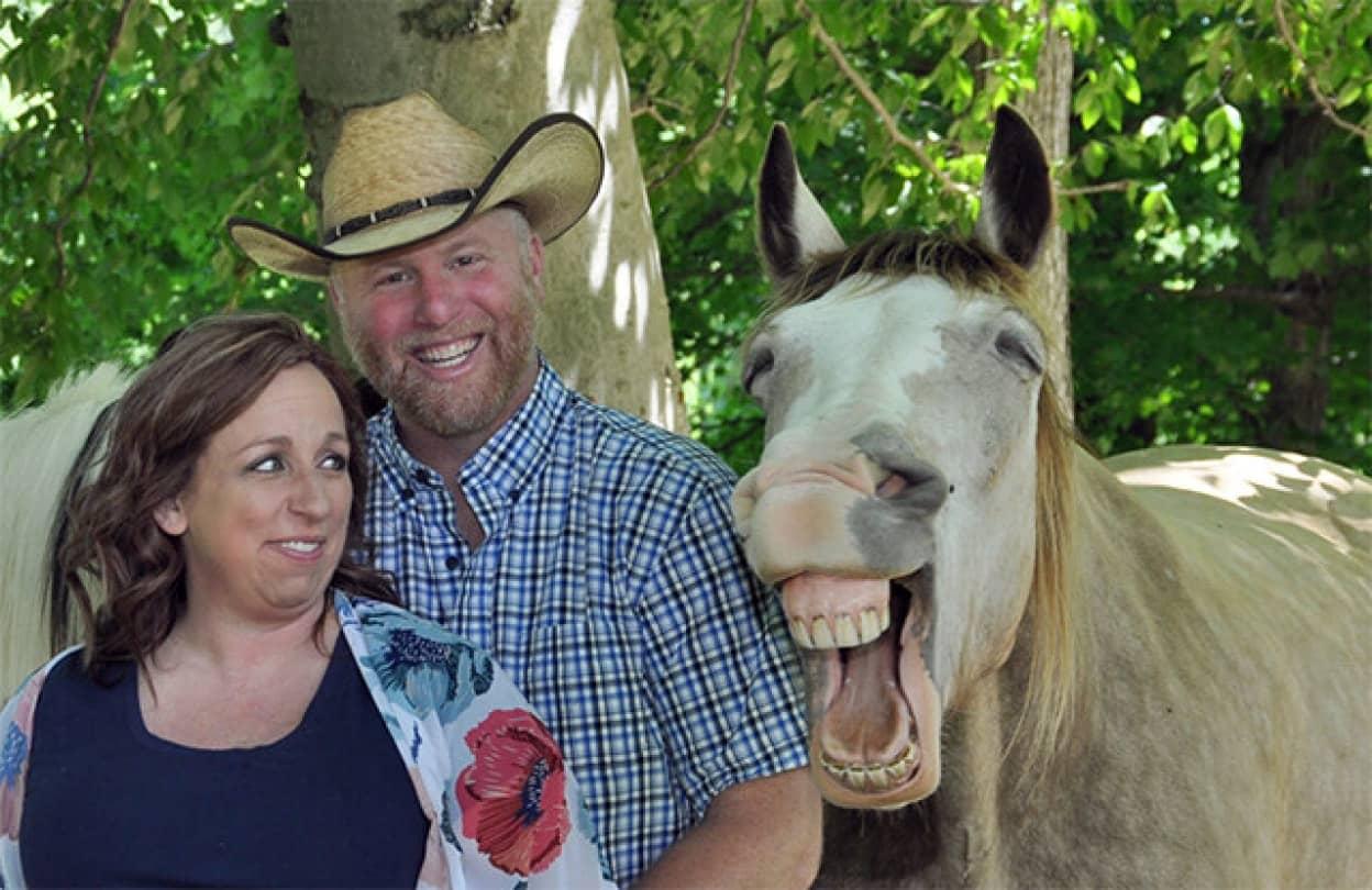 記念写真に写り込んだ馬が最高の笑顔を見せてくれた!