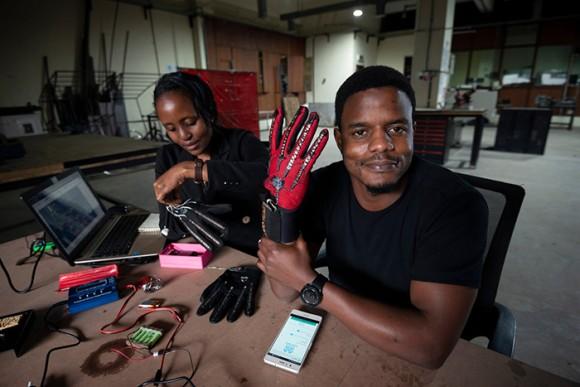 手話を知らなくても会話できる。手話を言葉に変換する手袋デバイスが開発される