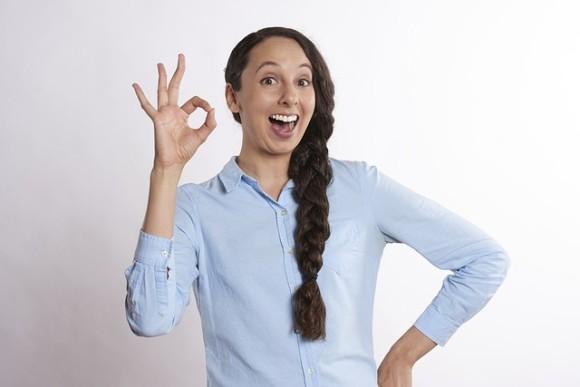 指で丸をつくる「OK」のジェスチャーに要注意。白人至上主義のヘイトシンボルに公式指定される(アメリカ)