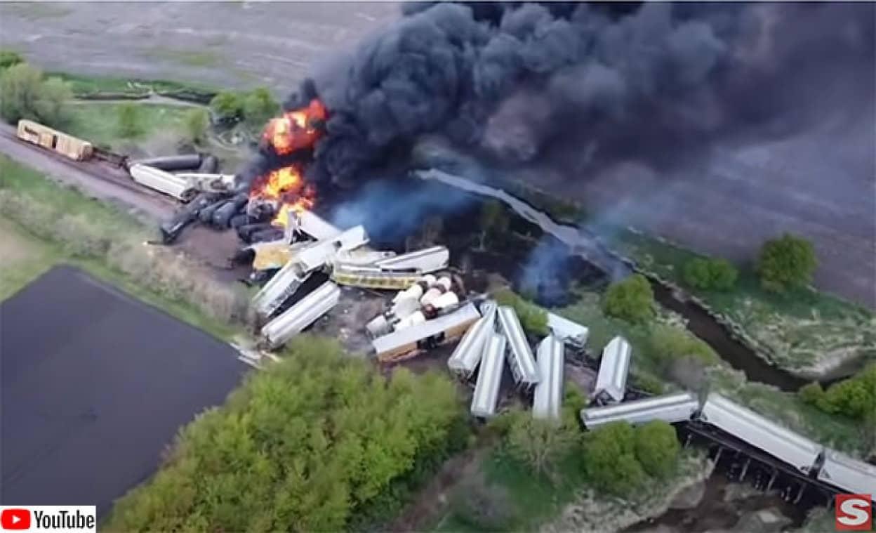 アメリカで列車47両が炎上するという脱線事故が発生