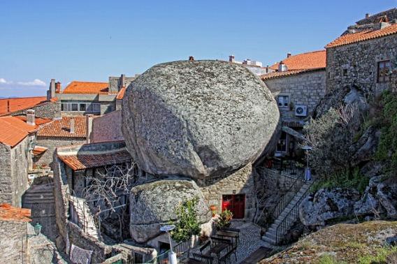 a_beautiful_village_on_the_rocks_640_06