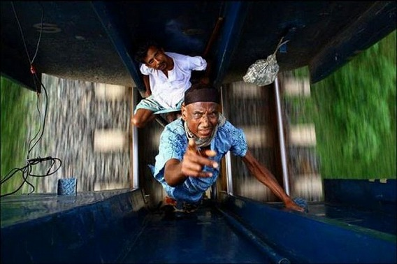 harrowing_bangladesh_train_hopping_images_03