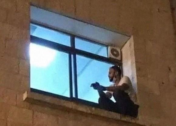コロナ感染で入院し隔離された母親が亡くなる日まで、病院の壁を上り窓の外から見守り続けた息子(パレスチナ)