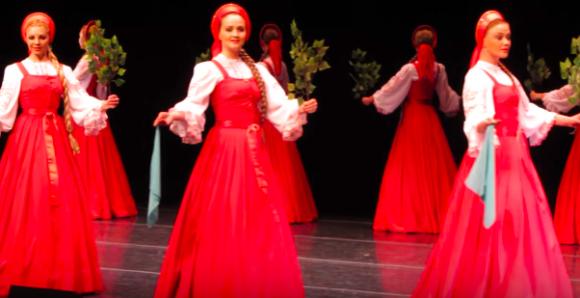魔術かな?スライド方式(浮上歩行)で動くロシア民族舞踊団「ベリョースカ」の踊り子たちがからくり人形のようだ
