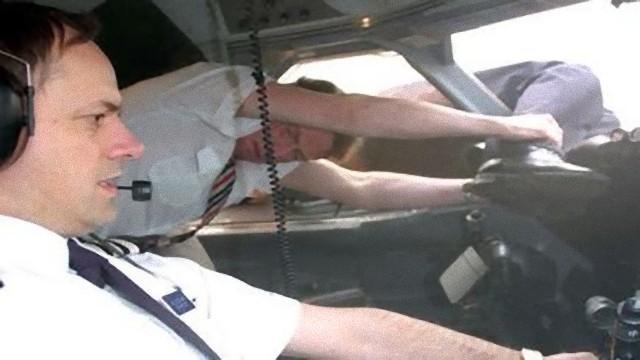 機長の体が飛行機の外に投げ出される航空機不時着事故